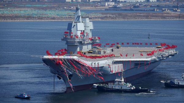 """Le porte-avions chinois baptisé """"Shandong"""", alors nommé """"Type-001A"""", a été mis à l'eau à Dalian (nord de la Chine) en avril 2017 (Source : Popular mechanics)"""