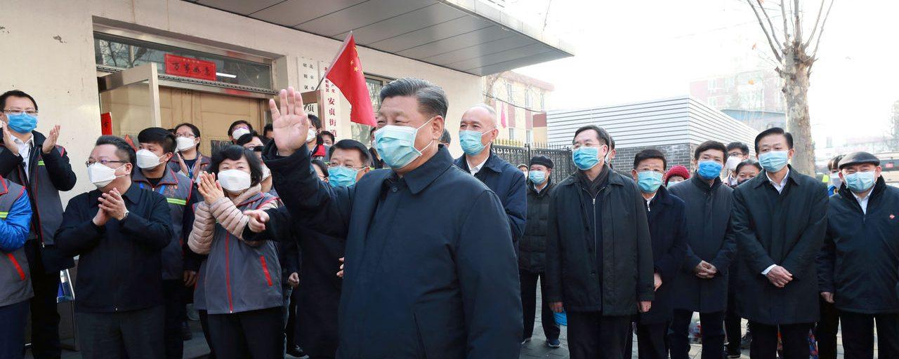 Le président chinois Xi Jinping devant un centre de contrôle et de prévention à Pékin ce mardi 11 février. (Source : Economist)