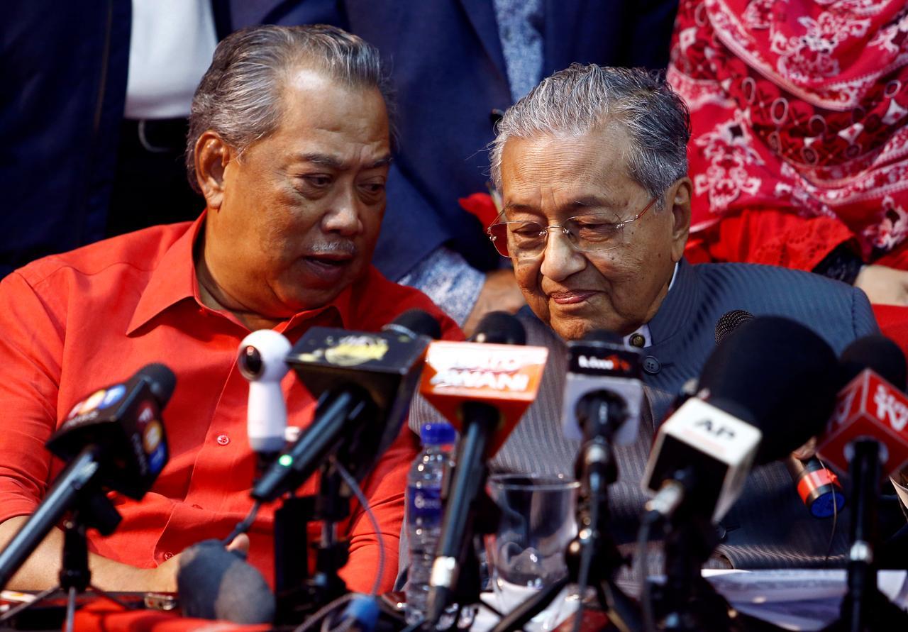 Le désormais ex-Premier ministre malaisien Mahathir Mohamad écoute son successeur, Muhyiddin Yassin, son ancien numéro deux au gouvernement, lors d'une conférence de presse à Petaling Jaya, près de Kuala Lumpur, le 5 avril 2018. (Source : Reuters)