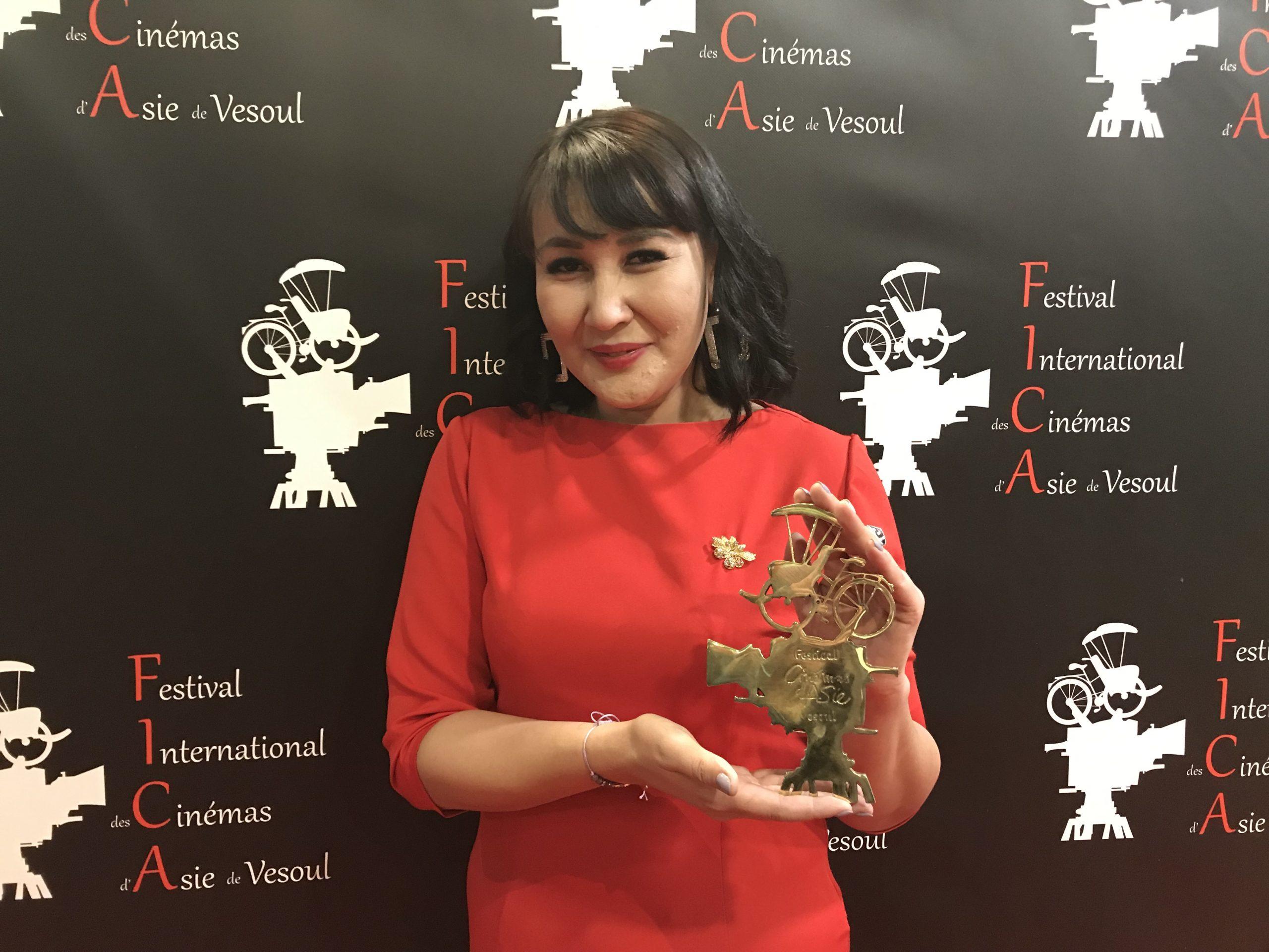 La réalisatrice kazakhe Sharipa Urazbayeva récompensée du Cyclo d'or pour son film Mariam au festival international des cinémas d'Asie de Vesoul, le 18 février 2020. (Crédit : FICA)
