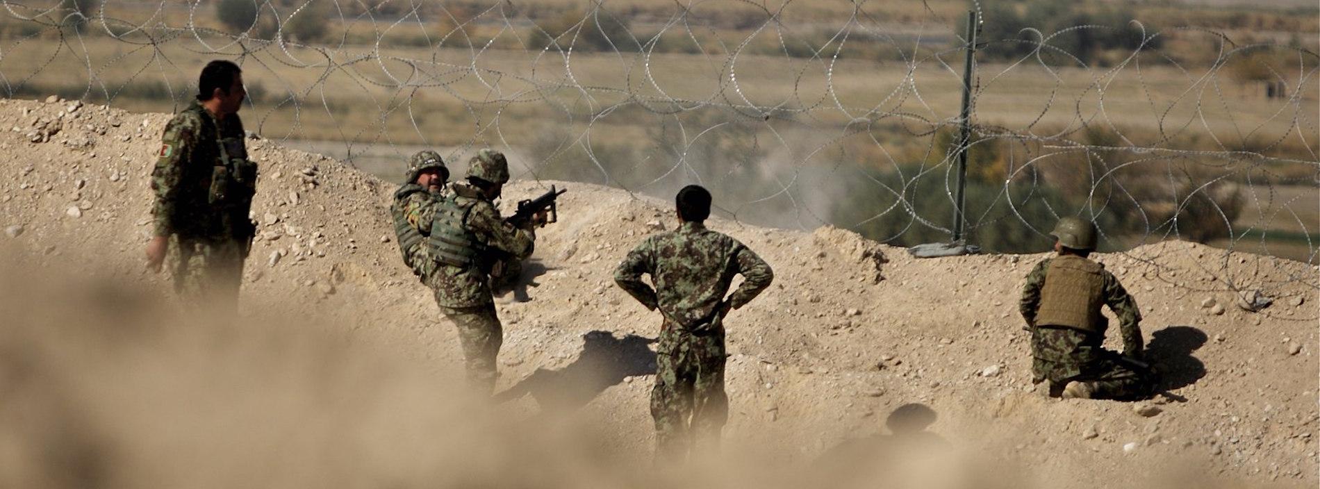 Des soldats afghans surveillent des Talibans. (Source : wikimedia commons)