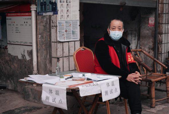 En pleine épidémie de coronavirus, cet homme est chargé de prendre la température des passants afin de détecter les cas suspects, dans la province chinoise du Sichuan, en février 2020. (Crédit : Cheng Feng via Unsplash, libre de droits)