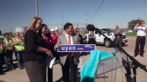Le miliardaire Cao Dewang, fondateur de Fuyao, accepte l'attribution d'une rue à son nom dans l'Ohio. (Source : Quartz)