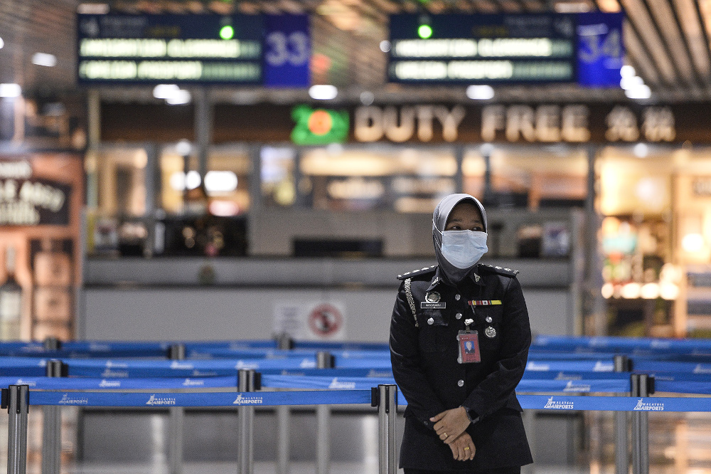 Officière de sécurité à l'aéroport international de Kuala Lumpur, le 10 mars 2020. (Source : Malay Mail)