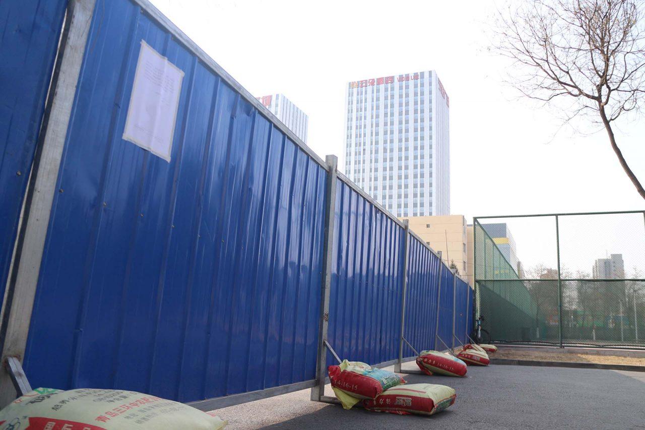 Palissade installée sur le campus de l'Université du Ningxia. (Crédit : Thibaud Mougin / SOPA images)