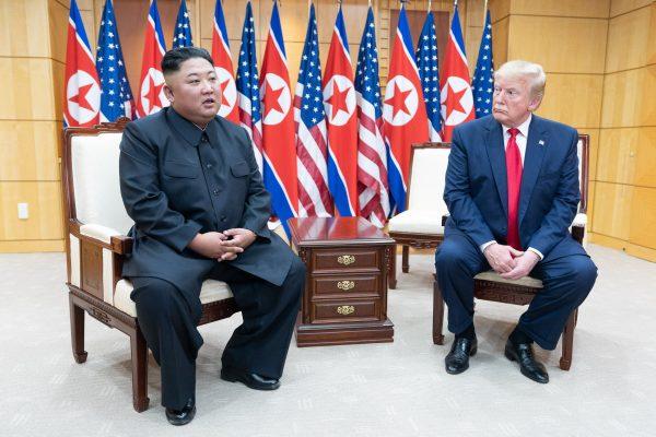 Le leader nord-coréen Kim Jong-un et le président américain Donald Trump dans la Maison de la liberté sur la ligne démilitarisée qui sépare les deux Corées à Panmunjom, le 30 juin 2019. (Source : Wikimedia Commons)