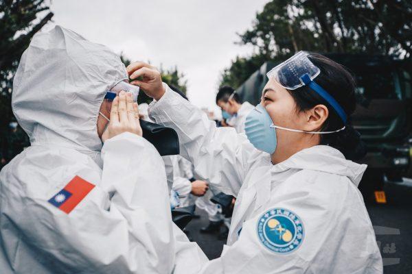 À Taïwan, le 33e régiment de protection biologique et chimique de l'armée de terre a été fréquemment sollicité pour réaliser de vastes opérations de désinfection contre la diffusion du coronavirus. (Crédit : Chen Jun-yun, Military News Agency, libre de droits)
