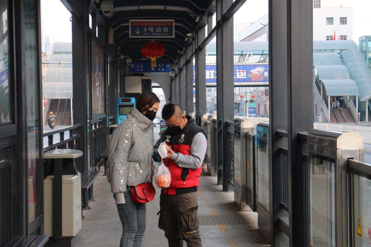 Station de bus à Yinchuan. (Crédit : Thibaud Mougin / SOPA images)