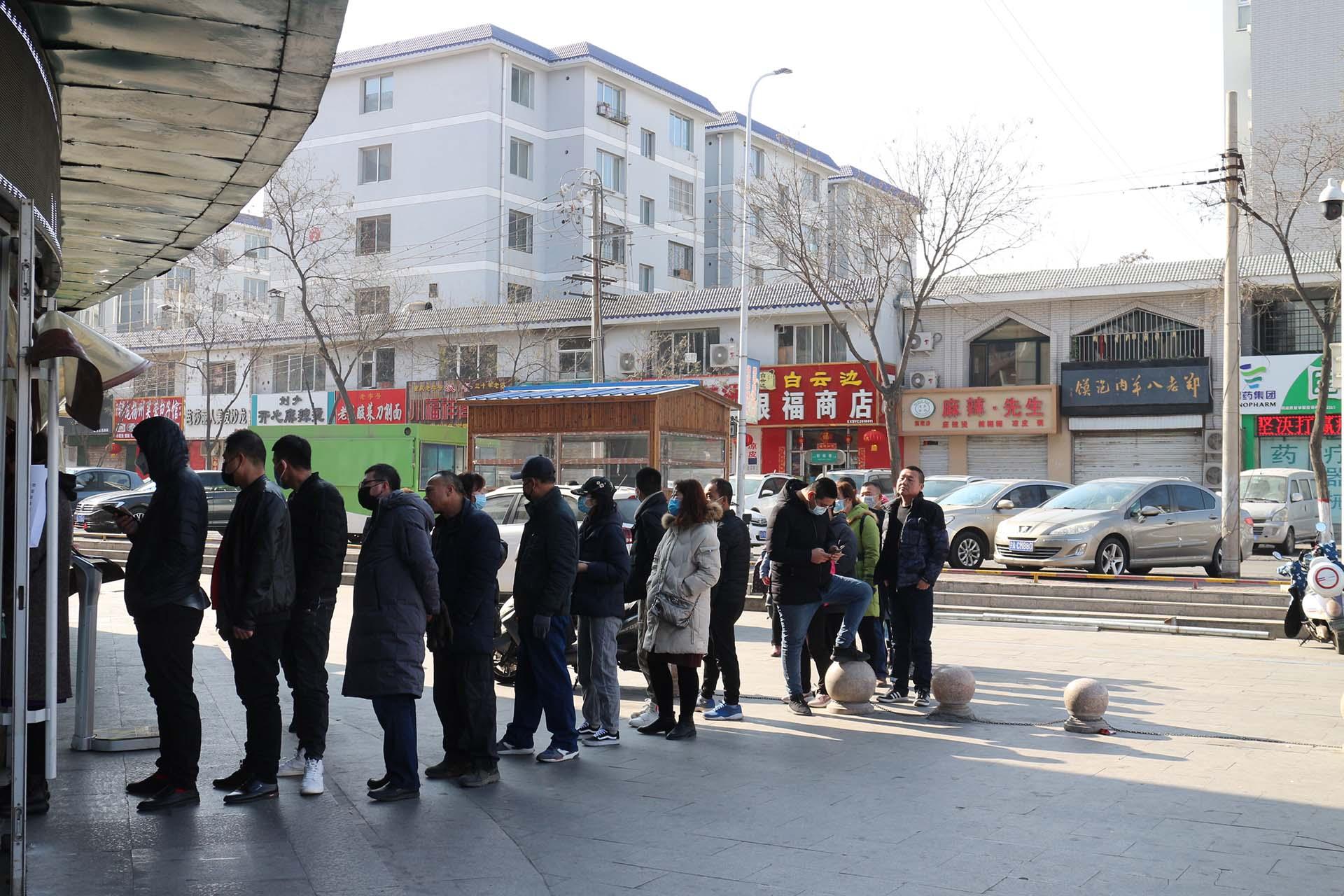 File d'attente à l'entrée d'une pharmacie de Yinchuan, capitale de la région du Ningxia. (Crédit : Thibaud Mougin / SOPA images)