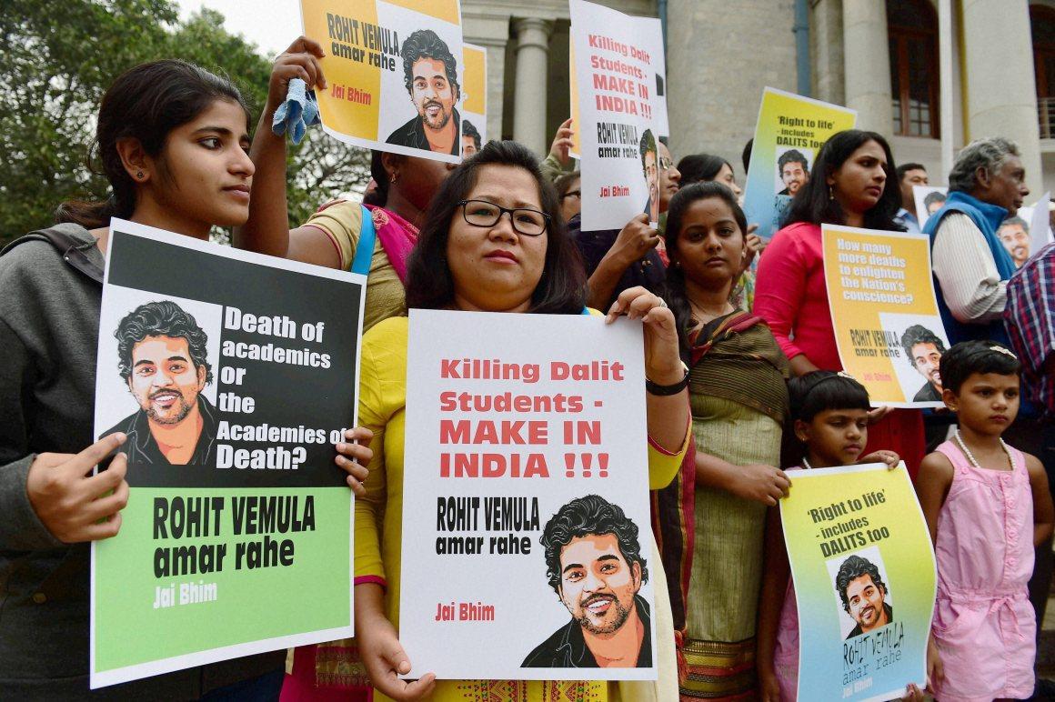Des membres du Mouvement des étudiants chrétiens d'Inde manifestent après la mort du doctorant Rohith Vemula, à Bangalore le 26 janvier 2016. (Source : ITT)