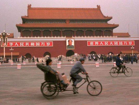 Pékin, place Tian'anmen à l'entrée de la Cité interdite en 1983. (Source : Homelinux)