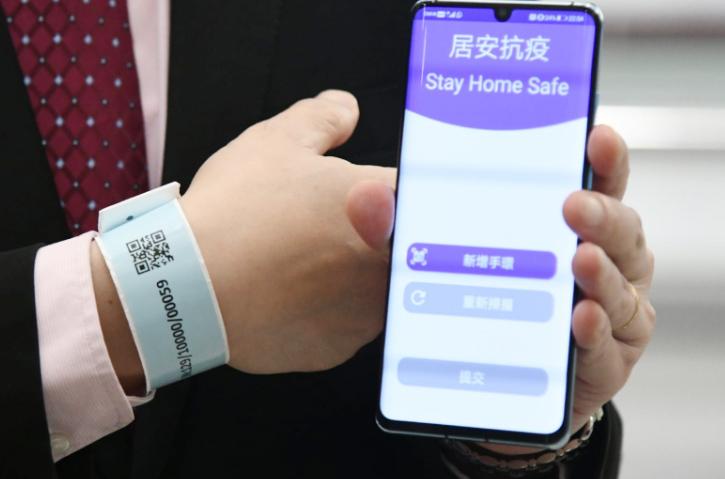 À partir du 19 mars, toute personne arrivant sur les territoires s'est vue obligée de porter un bracelet personnalisé doté d'un QR code juste après avoir quitté l'aéroport et de se soumettre éventuellement à un contrôle médical. (Crédit : DR)