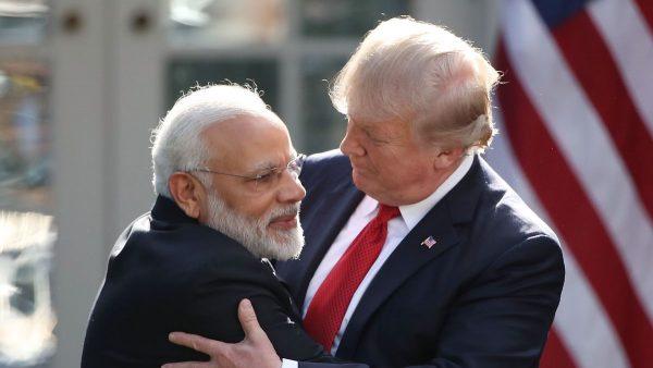 L'accolade toujours plus serrée entre le président américain Donald Trump et le Premier ministre indien Narendra Modi le 24 février 2020. (Source : CNN)