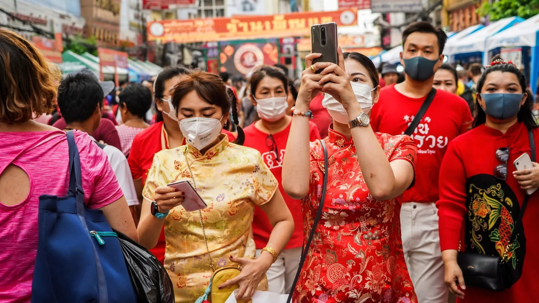Début 2020, des touristes se promènent masqués dans le Chinatown de Bangkok (Crédit : Akira Kodaka via Nikkei Asian Review)