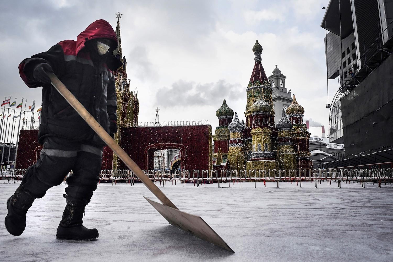 Un employé muncipal devant la cathédrale Saint-Basil à Moscou le 7 février 2020 2020. (Source : Foreign Policy)