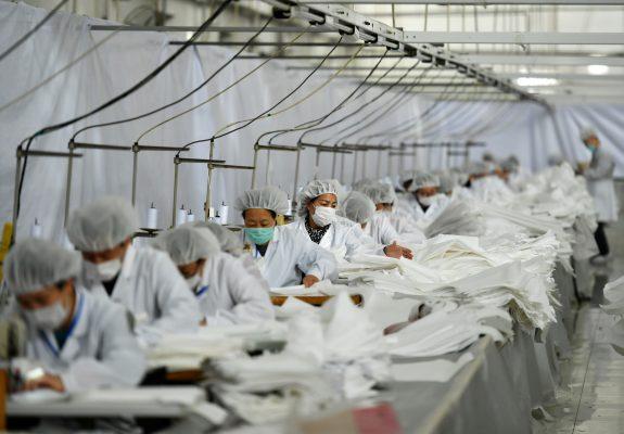 Les PME chinoises sont les principaux employeurs du pays avec plus de deux tiers des emplois. Leurs difficultés expliquent la montée du chômage de 23 à 26 millions entre décembre 2019 et mars 2020, de 5,2 à 5,9 % de la population au travail. (Source : Weforum)