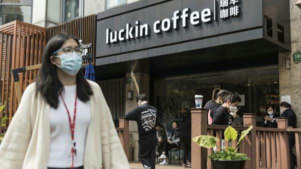 Fondé pour rivaliser avec Starbucks, la chaîne chinoise de café Luckin Coffee est accusée de fraude. (Source : FT)