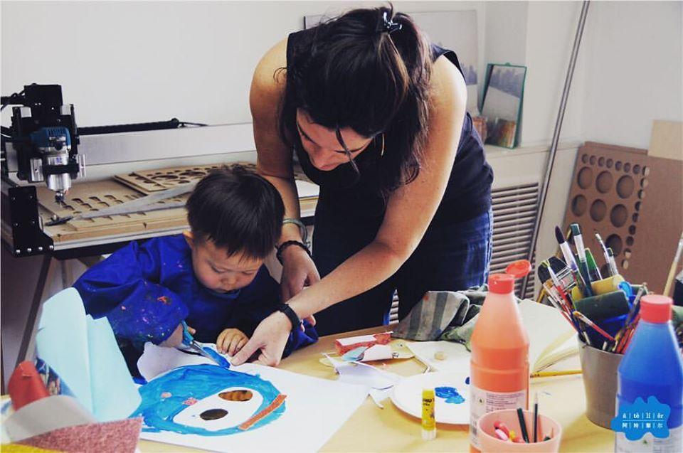 """Marianne Daquet, directrice de l'école d'art """"Atelier"""" à Pékin, avec l'un de ses élèves, Yuan Bao. (Crédit : Marianne Daquet)"""