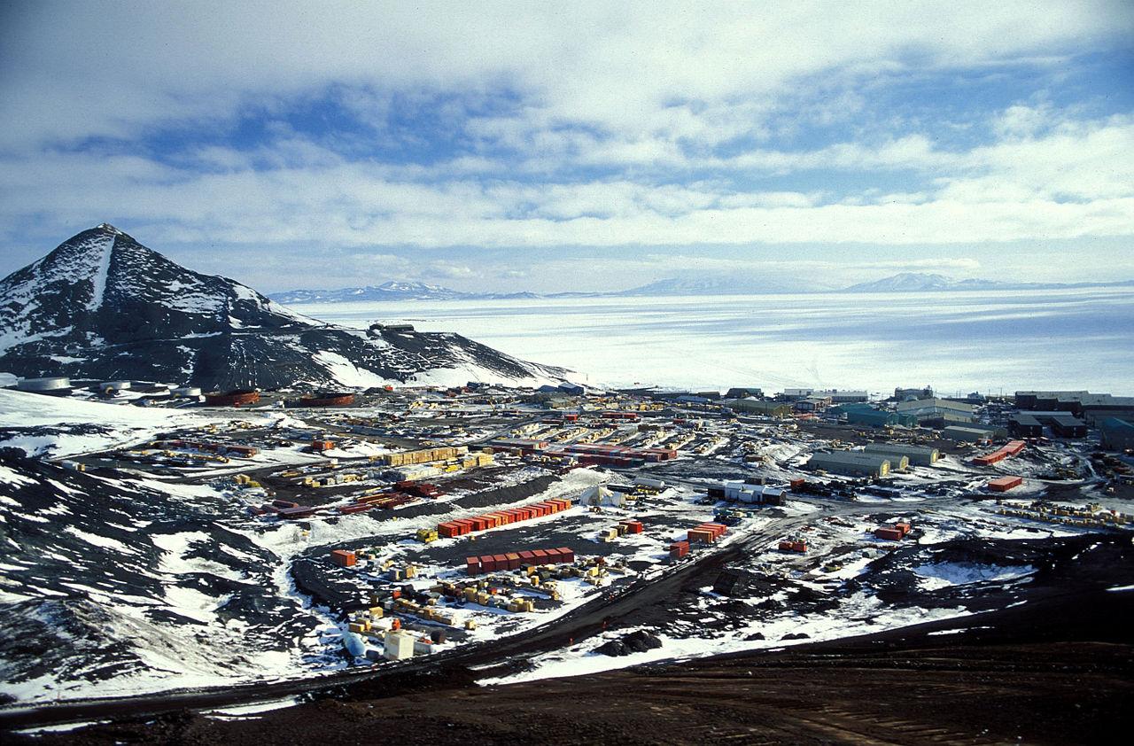Base américaine de McMurdo. (Source : Wikimedia Commons)