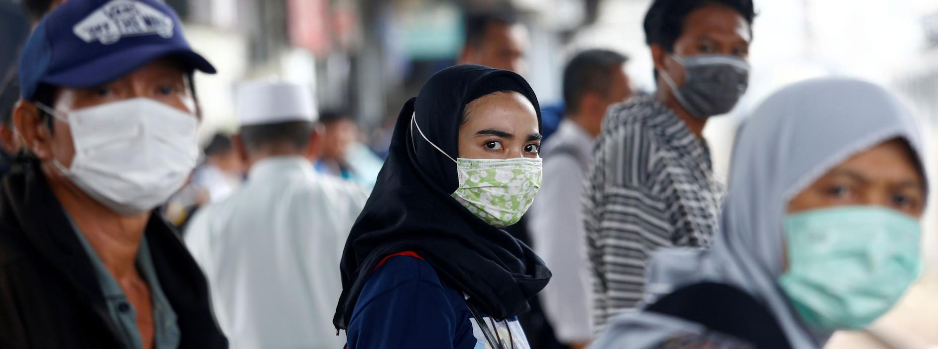 Une femme porte une masque pour se protéger contre le coronavirus en Indonésie.