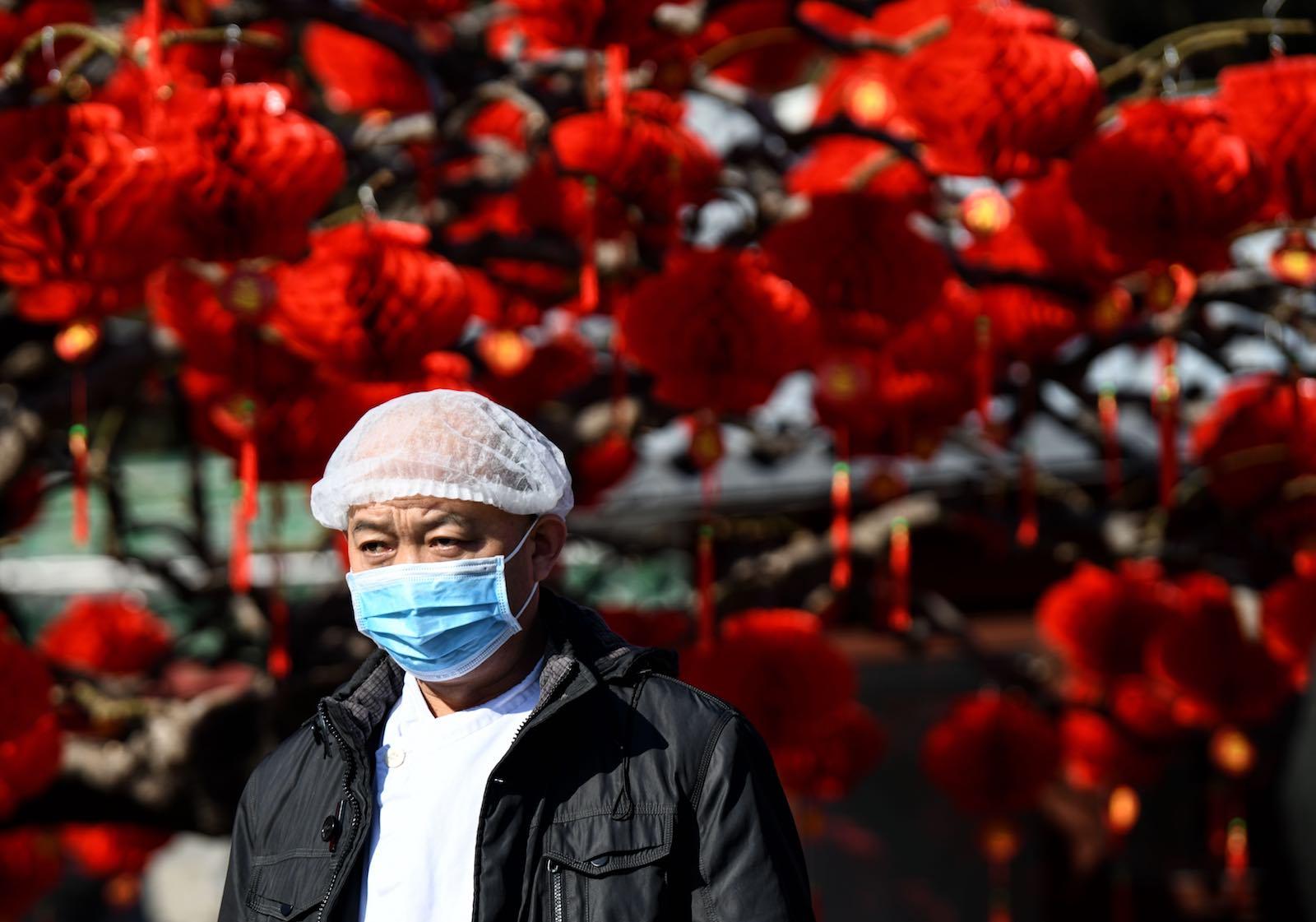 """Candide spécule : """"Supposons que les autorités chinoises aient caché 90 % des décès. Dans cette hypothèse improbable, le nombre de morts serait de 43 000, soit dix fois moins qu'en France, rapporté au million d'habitants. (Source : Lowy Institute)"""