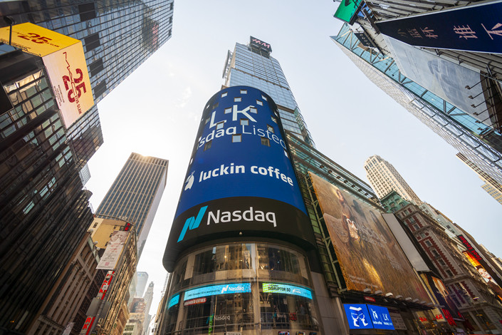 Un an après son introduction au Nasdaq à New York, la firme chinoise Luckin Coffee, qui se posait en rival de Starbucks, va être radiée de la bourse par le régulateur américain. (Source : Caixinglobal) The giant video screen on the Nasdaq stock exchange in Times Square in New York is decorated for the debut of the Luckin Coffee initial public offering on Friday, May 17, 2019. The Chinese chain of coffee shops, colloquially described as the Chinese Starbucks, was founded in 2017 with nine stores and two years later has 2,370 locations. (ÂPhoto by Richard B. Levine)