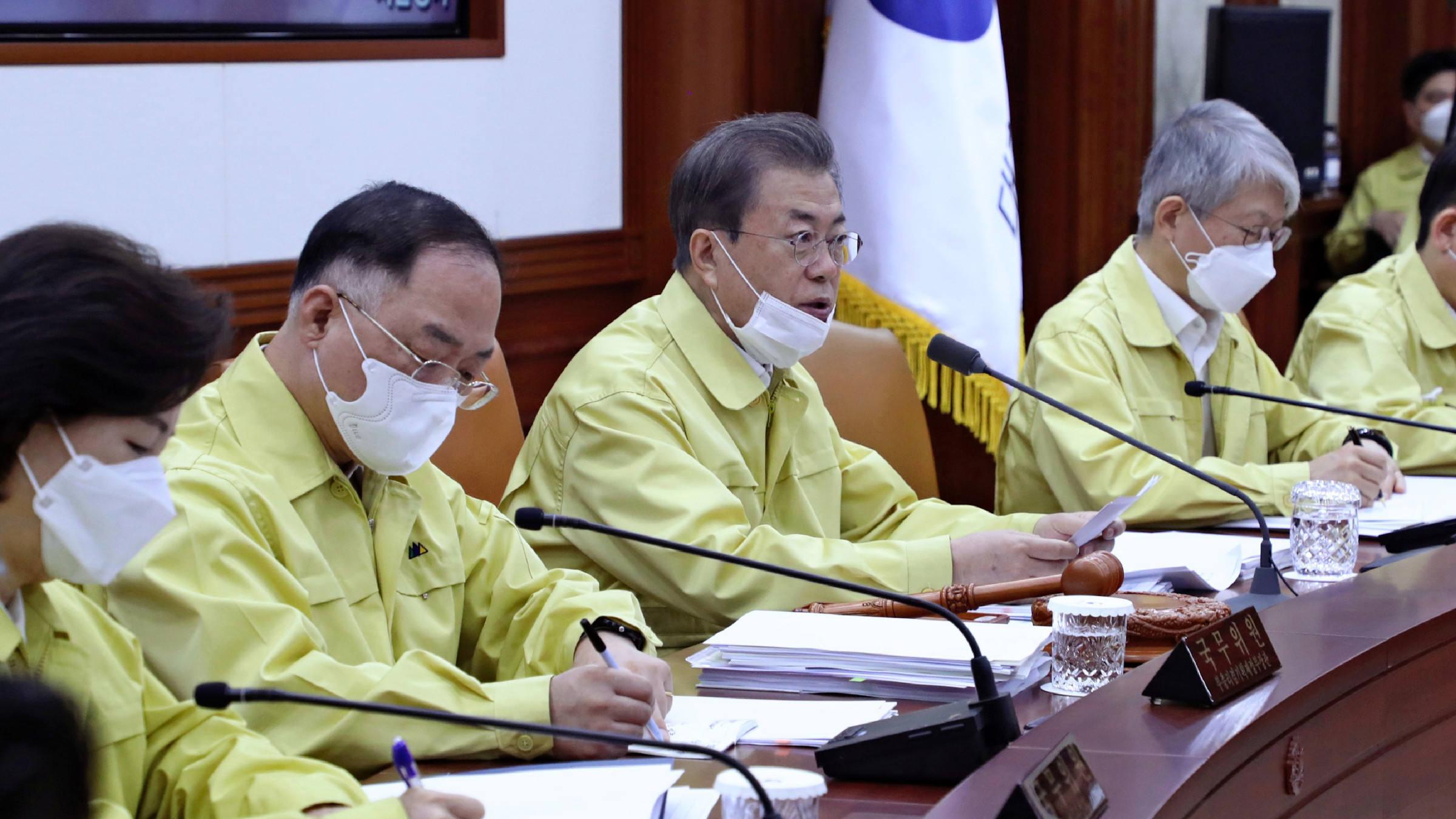Le président sud-coréen Moon Jae-in en plein conseil des ministres avant les élections du 15 avril, que son parti a nettement remportées, plébiscitant la gestion de la lutte contre le coronavirus. (Source : Asia Nikkei)