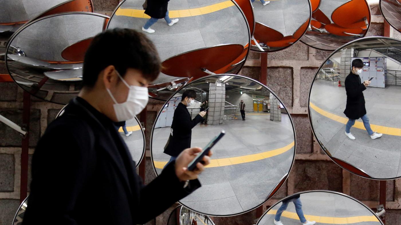 En Corée du Sud, le système d'alerte sur la messagerie des téléphones portables permet d'être prévenu du parcours des personnes contaminées au coronavirus dans son quartier. (Source : QZ)