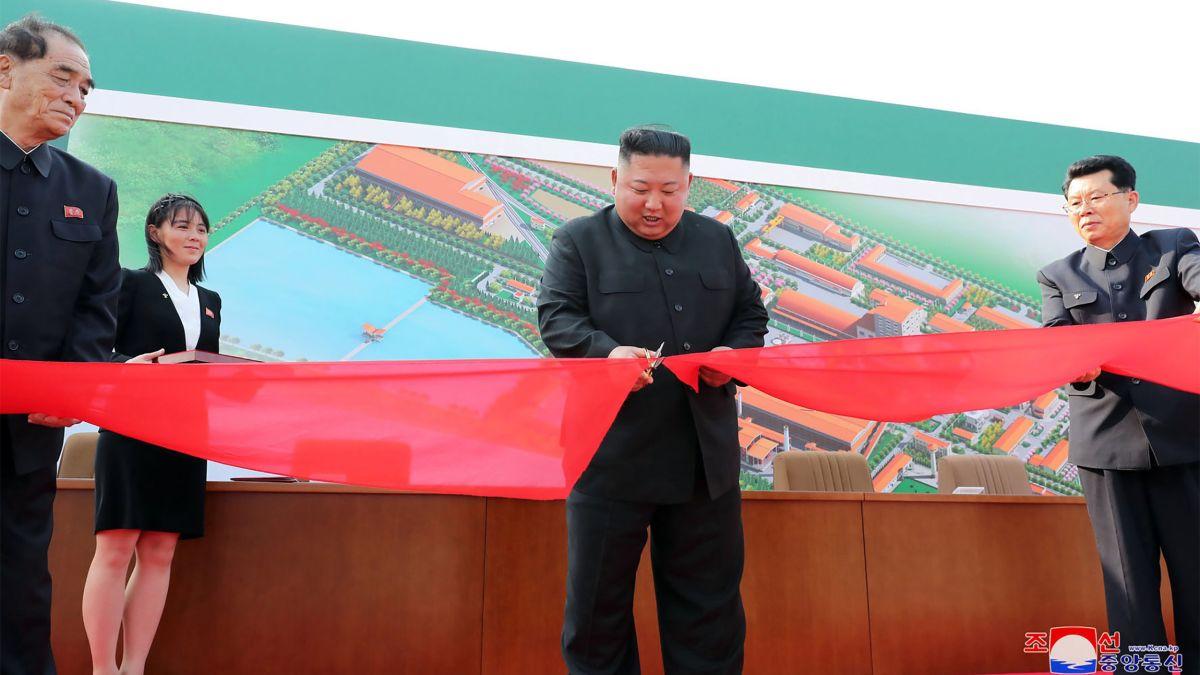 Le leader nord-coréen Kim Jong-un inaugure une usine d'engrais à Sunchon, le 1er mai 2020 après trois semaines d'absence. (Source : CNN)