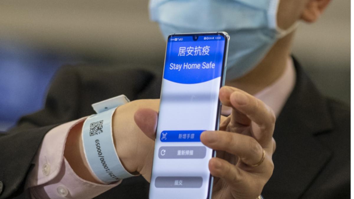 Hong Kong impose à l'arrivée sur le territoire le port d'un bracelet électronique permettant de surveiller en permanence les mouvements des personnes en quarantaine. (Source : The Print)
