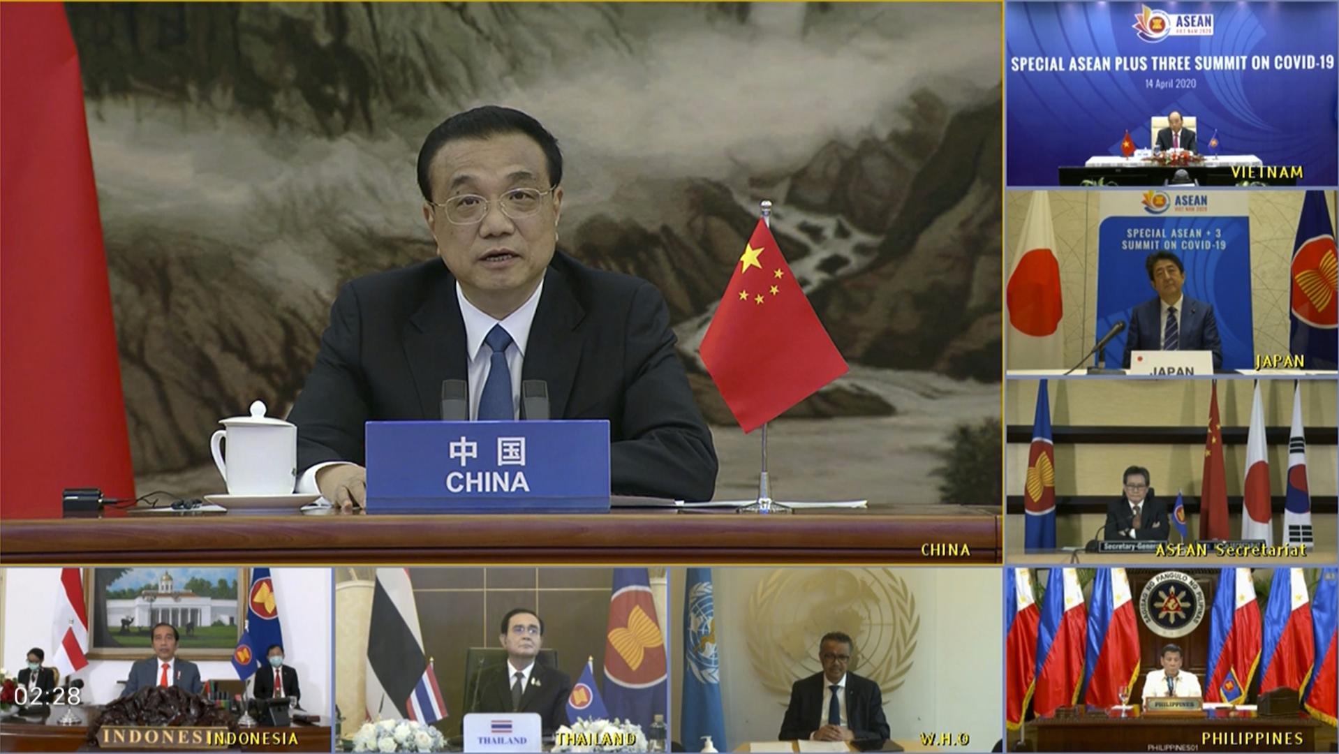 """Le Premier ministre chinois Li Keqiang en visio-conférence pour un sommet virtuel """"ASEAN + 3"""" le 14 avril 2020, avec le président indonésien Joko Widodo, le Premier ministre thaïlandais Prayut Chan-o-cha, le directeur général de l'Organisation mondiale de la Santé (OMS) Tedros Adhanom Ghebreyesus, le Premier ministre japonais Shinzo Abe, le président philippin Rodrigo Duterte, le Premier ministre vietnamien Nguyen Xuan Phuc et secrétaire général de l'ASEAN Lim Jock Hoi. (Source : The Diplomat)"""