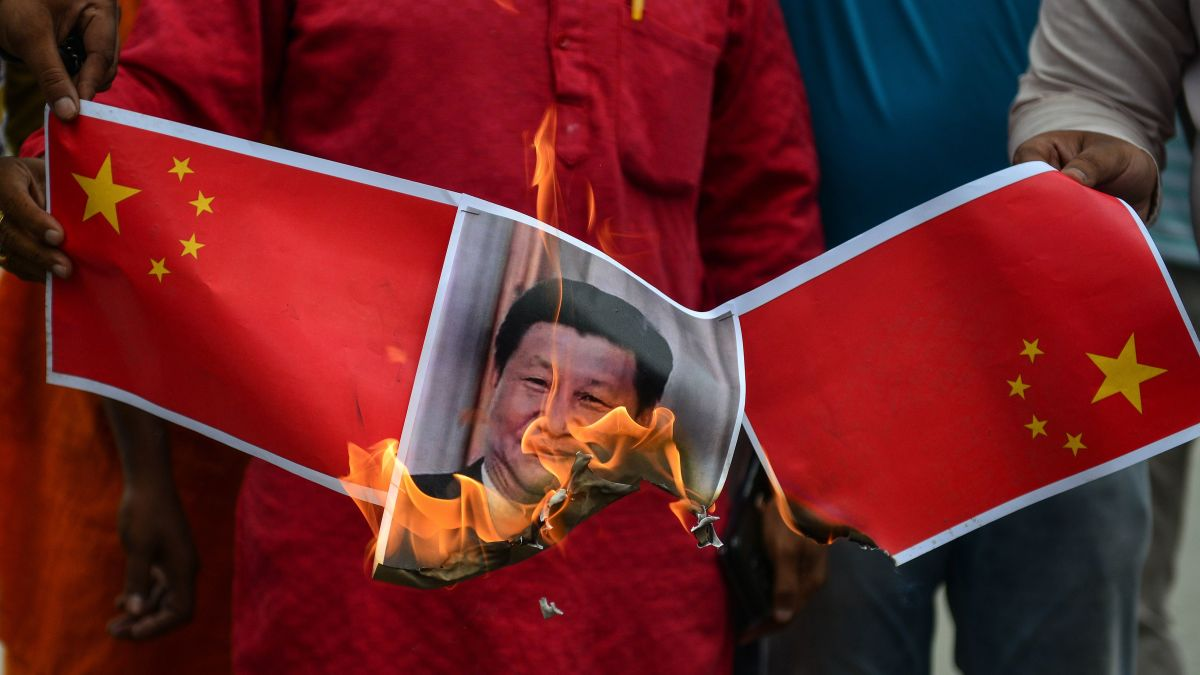 Le portrait du président chinois Xi Jinping brûlé lors d'une manifestation à New Delhi à la suite des tensions frontalières meurtrières entre l'Inde et la Chine, le 16 juin 2020. (Source : CNN)