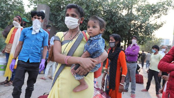 En avril et en mai 2020, l'Inde a vu des millions de migrants retourner péniblement vers leurs villages sous des températures de 40 degrés et plus, en raison du confinement. (Source : AS)