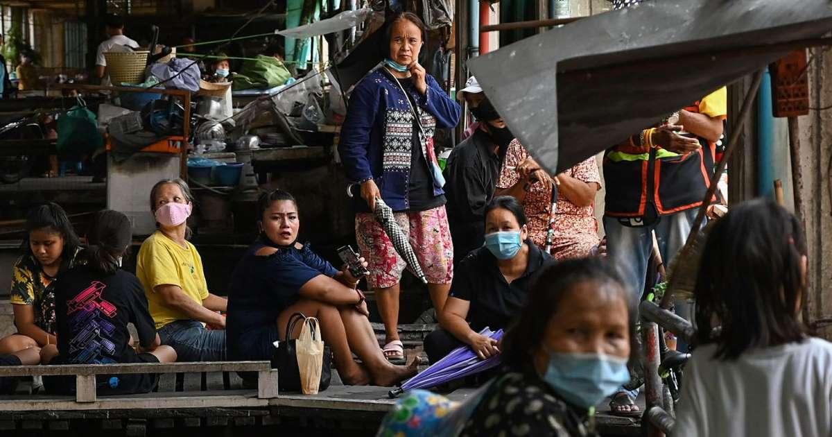Des résidents d'un quartier pauvre de Bangkok attendent la distribution alimentaire, le 1er mai 2020. (Source : Web24)