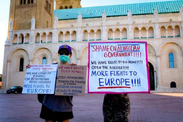 Les étudiants mongols, bloqués à Prague en raison des mesures prises par la Mongolie pour empêcher toute contamination au Covid-19 dans le pays, réclament le droit de rentrer chez eux. (Crédit : Kafkadesk)