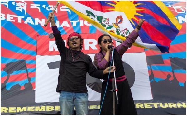 Tenzin Tsundue, activiste et poète tibétain, et Namdol Lhagyari, présidente de l'association Gu-Chu-Sum pour les prisonniers politiques tibétains et membre du parlement en exil, lors d'un rassemblement à Dharamsala le 2 juillet 2020. (Crédit : Côme Bastin)