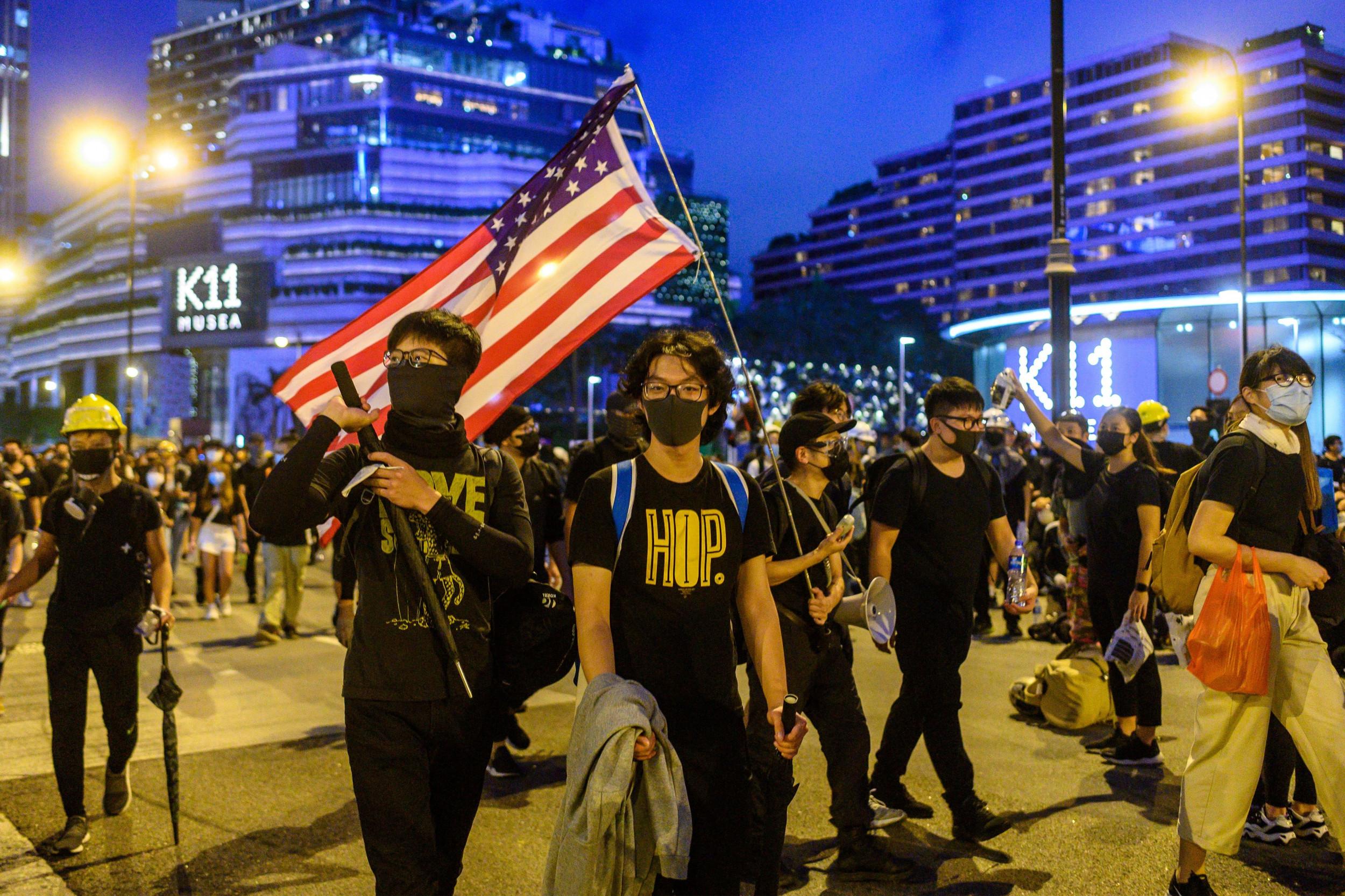 Pendant les manifestations l'an dernier, nombre de jeunes activistes hongkongais n'avaient pas hésité à brandir le drapeau américain dans les rues de la ville, suppliant au passage l'administration de Washington d'adopter le Hong Kong Human Rights and Democracy Act. Cette loi impose des sanctions aux responsables chinois jugés coupables de violations des droits de l'homme dans l'ex-colonie britannique, mais aussi de revoir le régime spécial des relations économiques accordé à Hong Kong, en cas de changement de système politique. (Source : Newsweek)