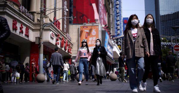 La consommation des ménages reste en berne en Chine en 2020. En suscitant un effet de richesse, l'embellie du marché boursier qui a été de courte durée, a pu dynamiser les achats d'une minorité, mais la majorité des ménages a choisi d'épargner davantage. (Source : Ejinsight)
