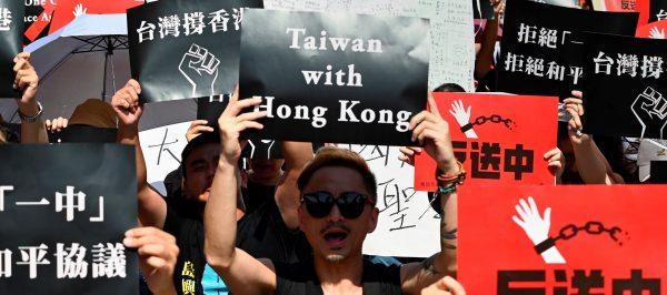 En juin 2019, des Taïwanais manifestent leur soutien au mouvement pro-démocratie contre la loi d'extradition à Hong Hong. (Source : New Statesman)