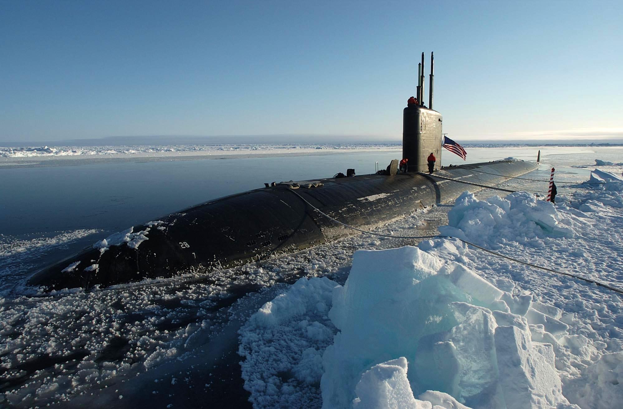 Le sous-marin d'attaque nucléaire américain USS Hampton (SSN 767), de classe Los Angeles, fait surface au pôle Nord, lors d'un exercice opérationnel le 19 avril 2004. (Source : CSP)