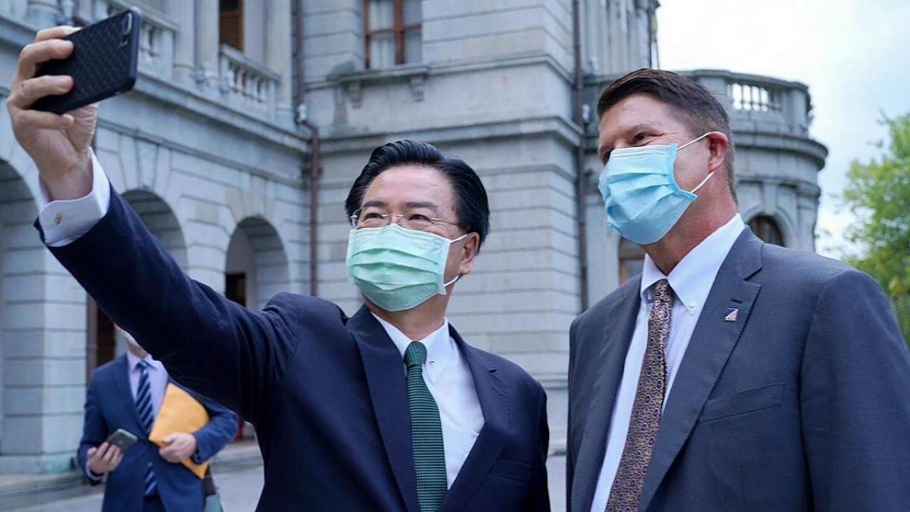 Le ministre taïwanais des Affaires étrangères Joseph Wu en compagnie de Keith Krach, le sous-secrétaire d'État américain pour les Affaires économiques, le 18 septembre 2020 à Taipei. (Source : Deccan Herald)