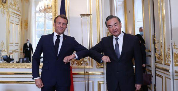 Le président français Emmanuel Macron reçoit le ministre chinois des Affaires étrangères Wang Yi à l'Élysée, à Paris le 28 août 2020. (Source : Chinadaily)