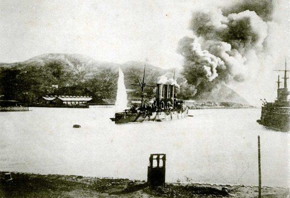 Bombardement durant le siège de Port Arthur, du 30 septembre 1904 au 2 janvier 1905. (Wikipedia)