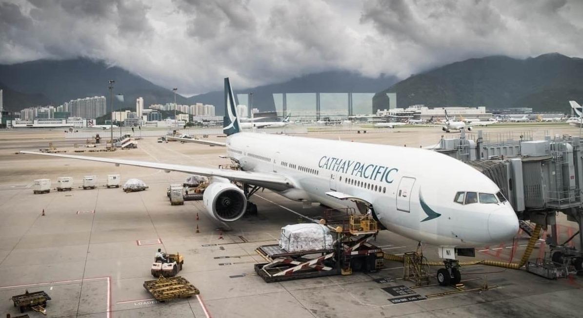 En octobre, la compagnie hongkongaise Cathay Pacific annonçait la suppression de près du quart de ses emplois, soit 8 500 dans le monde, et envisageait d'opérer en 2021 avec 50 % de passagers en moins qu'en 2019. (Source : Simple Flying)