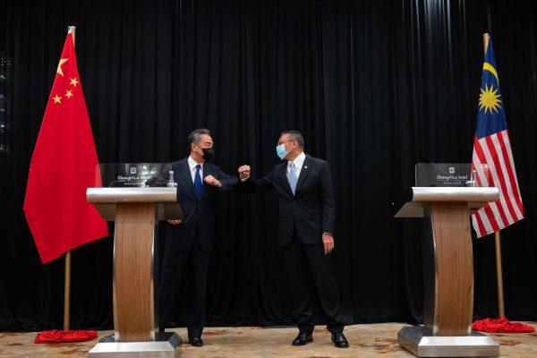 Le ministre chinois des Affaires étrangères Wang Yi et son homologue malaisien Hishammuddin Hussein, le 20 octobre 2020 à Kuala Lumpur. (Source : Beltandroadnews)