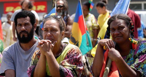 """Le premier référendum sur l'indépendance de la Nouvelle-Calédonie s'était soldé le 4 noevmbre 2018 par une victoire du """"non"""" à 56,67 % des suffrages. Ici, un meeting du Front de Libération nationale kanak et socialiste (FLNKS) en septembre 2018. (Source : La Croix)"""