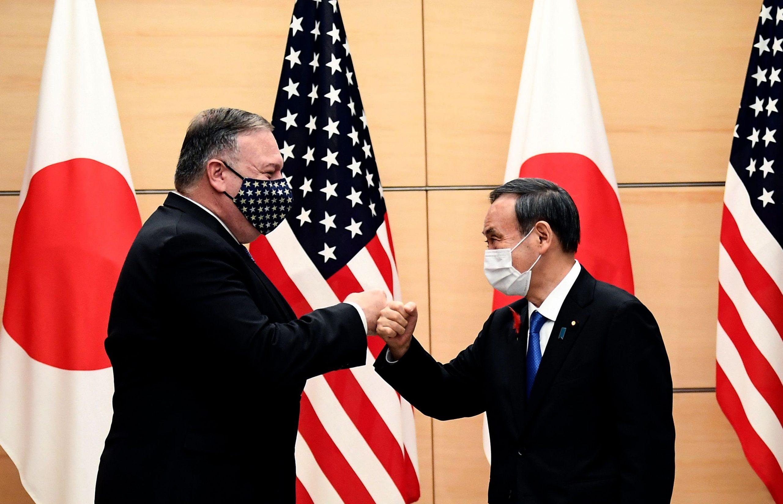Le secrétaire d'État américain Mike Pompeo avec le Premier ministre japonais Yoshihide Suga, le 6 octobre 2020 à Tokyo, en marge d'une réunion du Quad (États-Unis, Inde, Japon et Australie). (Source : Arabnews)