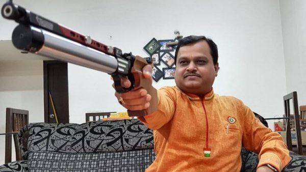 """Suresh Chavhanke, directeur de la chaîne Sudarshan News, présentateur vedette de l'émission """"Bindas Bol"""" (""""Parlons librement"""") qui prétendait révéler comment les musulmans infiltraient le gouvernement indien. (Source : Free Press Journal)"""