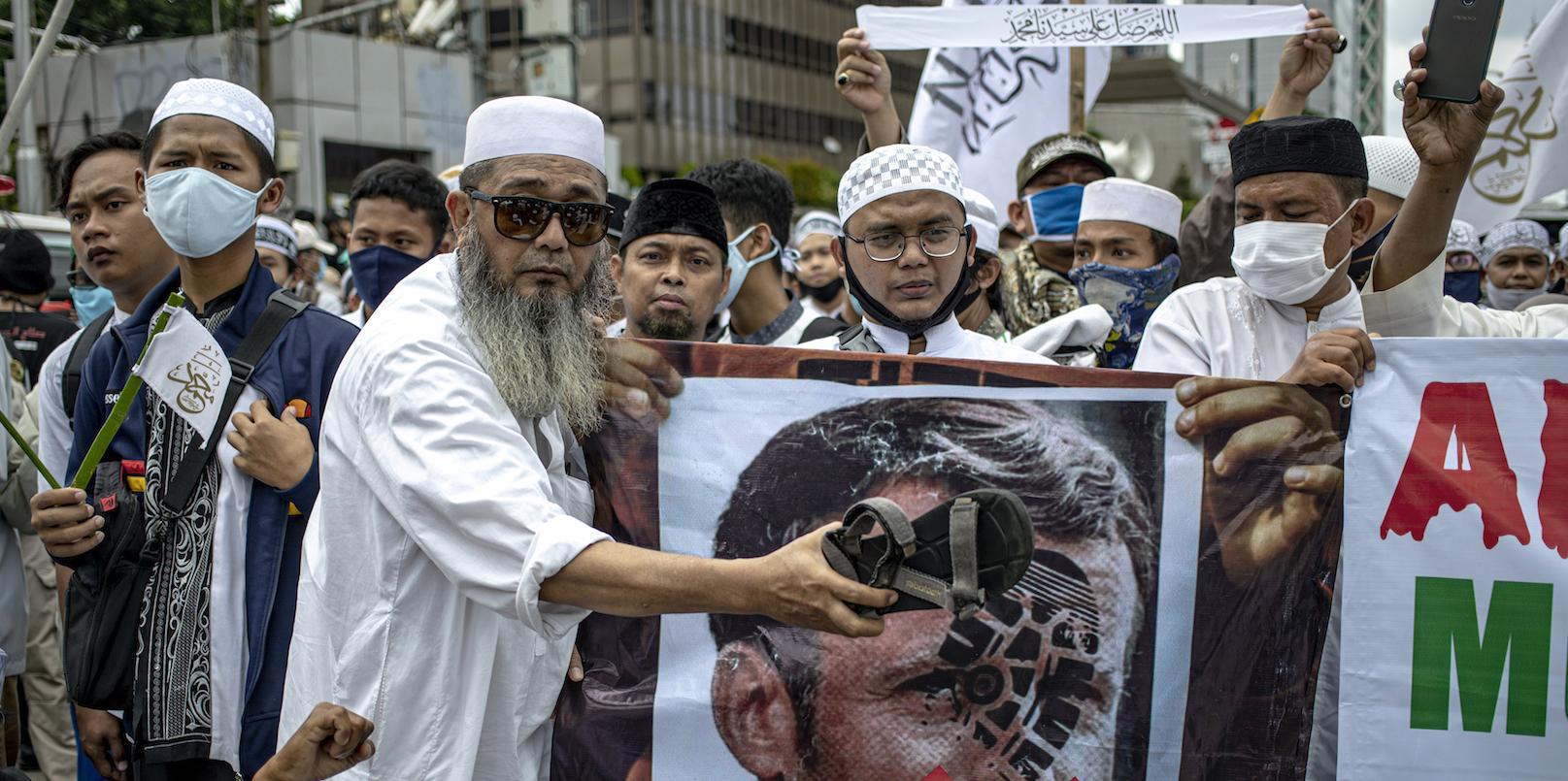 """Manifestation du FPI (Front Pembela Islam, """"Front des défenseurs de l'islam""""), organisation islamiste indonésienne, contre le président français Emmanuel Macron devant l'ambassade de France à Jakarta, le 2 novembre 2020. (Source : Jakarta Globe)"""