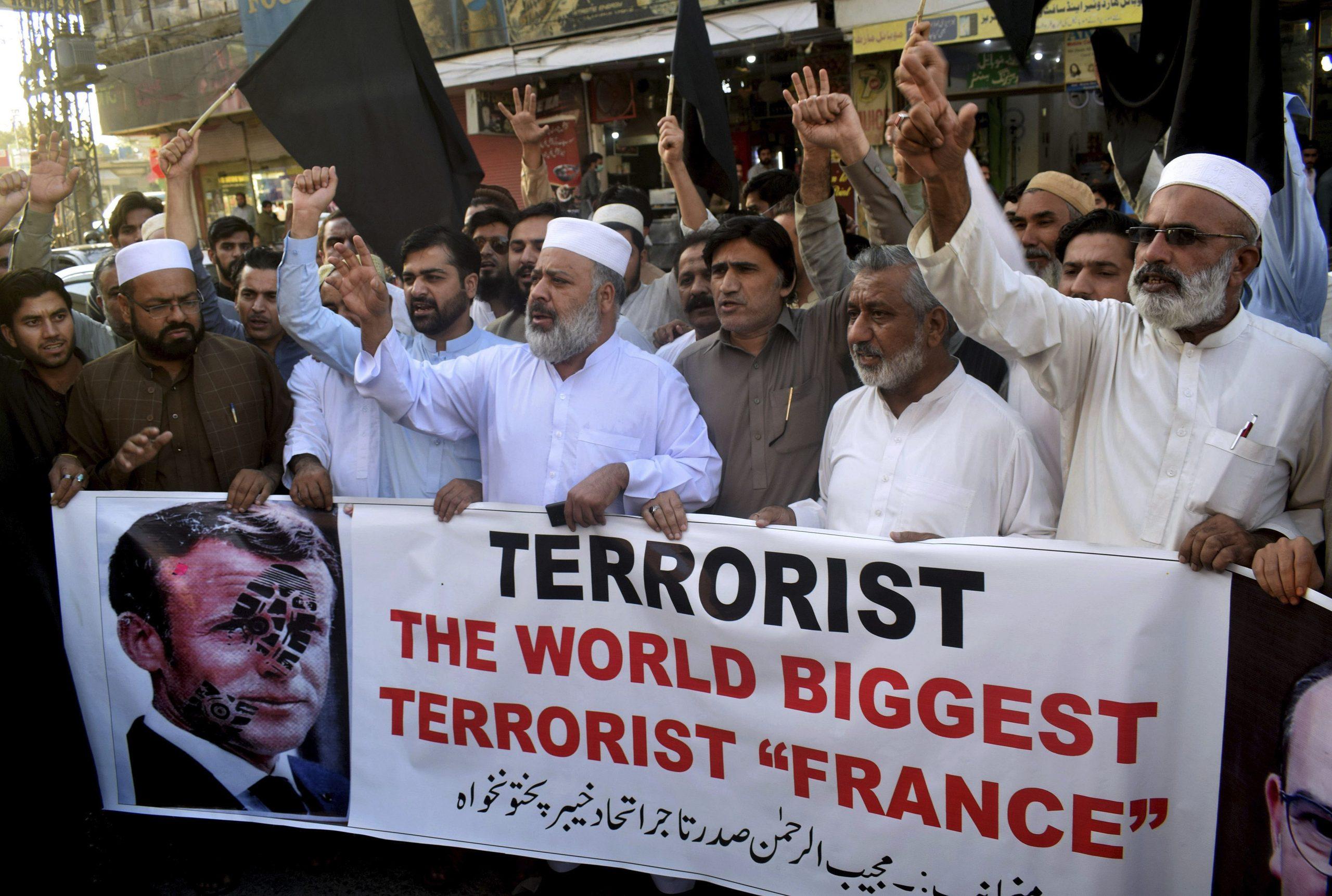 """Manifestation contre le président français Emmanuel Macron après son soutien à la republication par """"Charlie Hebdo"""" des caricatures de Mahomet, à Peshawar au Pakistan, le 26 octobre 2020. (Source : Yahoo News)"""